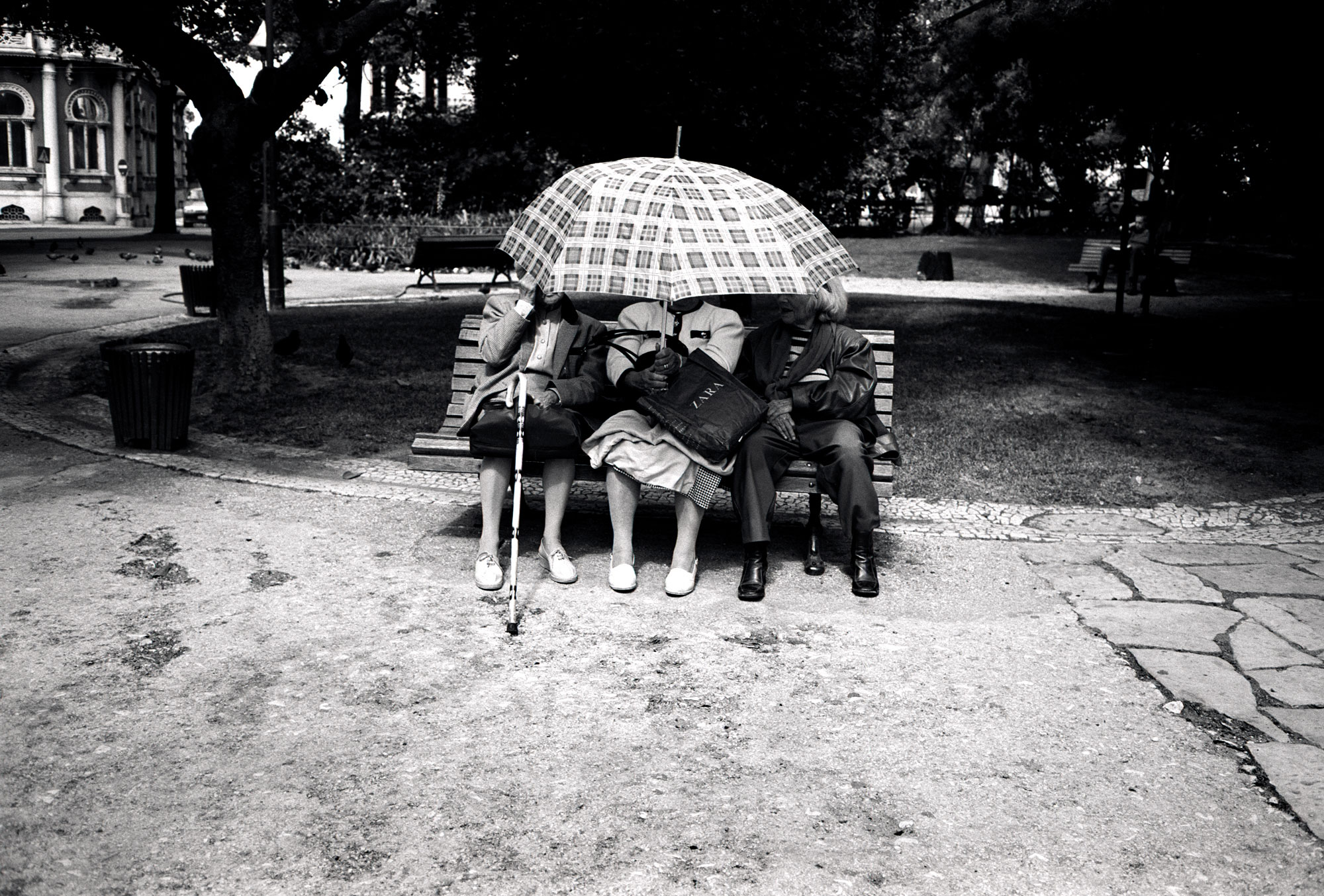 LISB-umbrella-ladies_bw