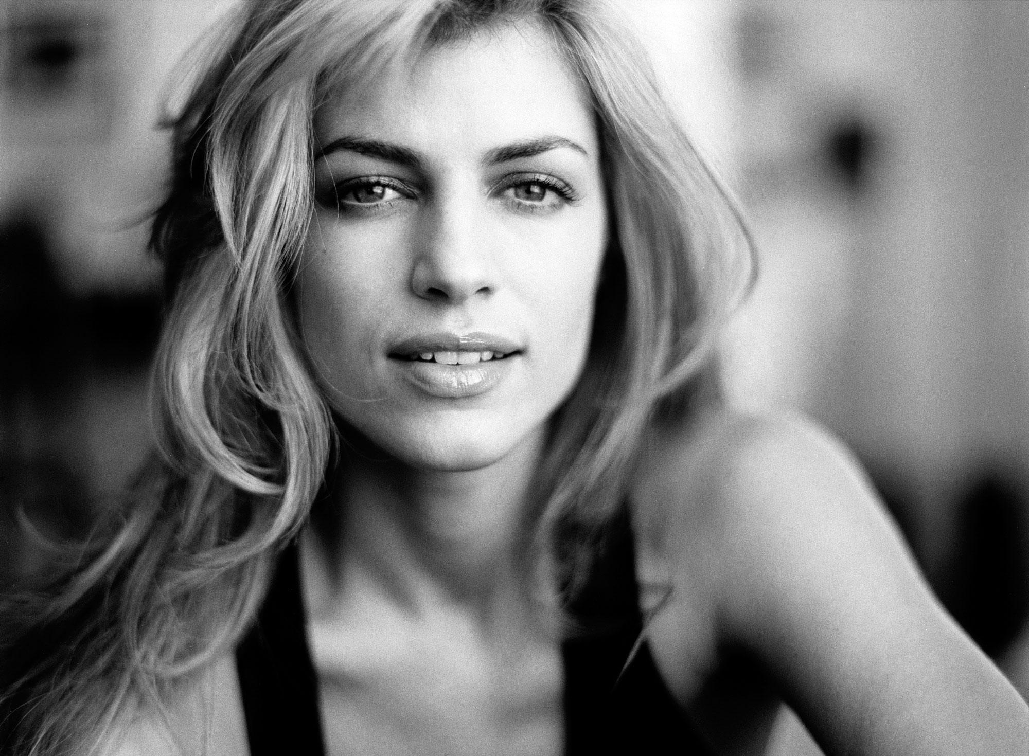 Daniela-INT-windw_smile2-BW1