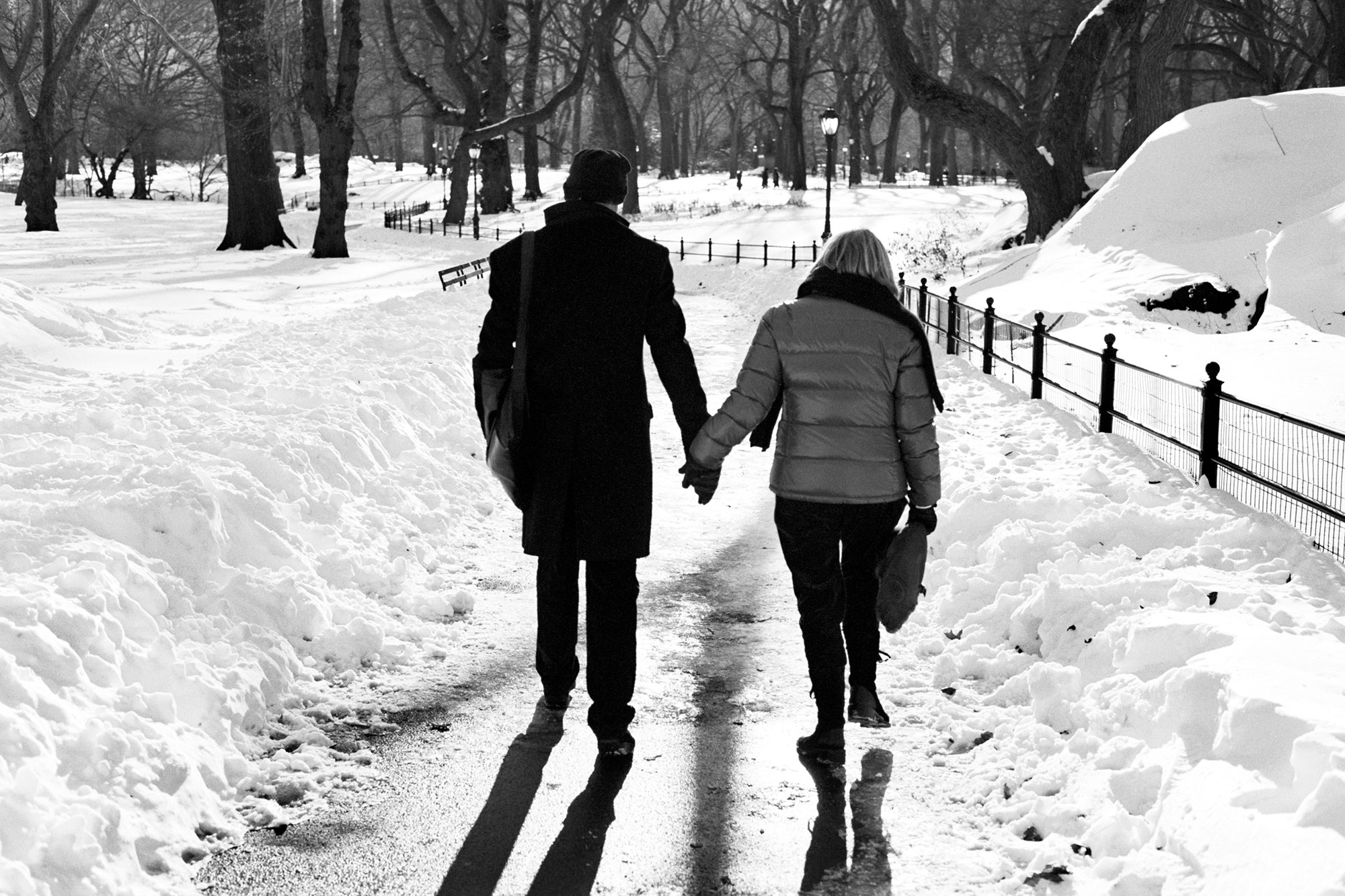 Xmas_Snow_2010_HoldingHands-Edit